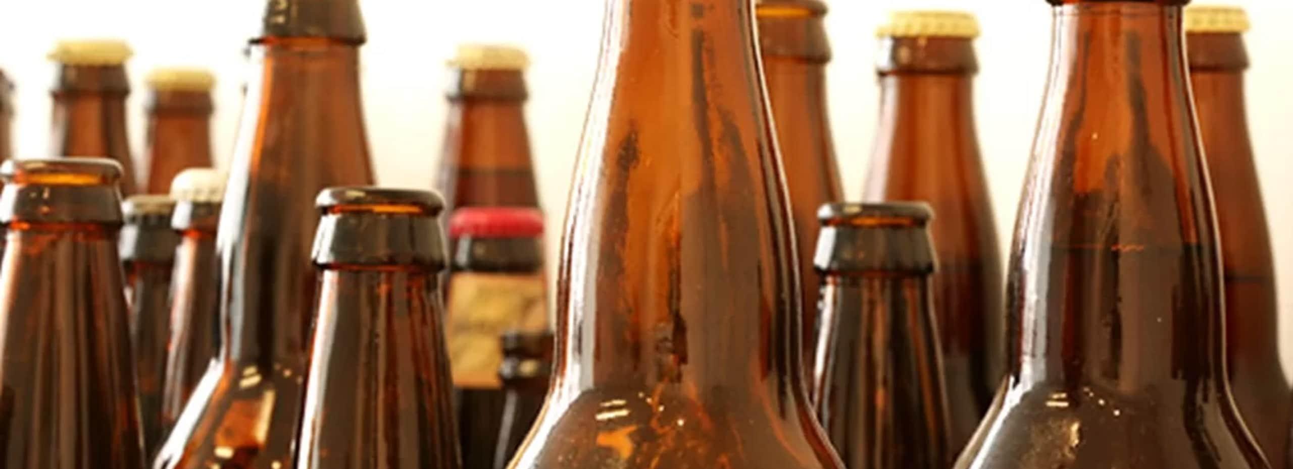 Descubra por qual motivo a garrafa de cerveja costuma ser marrom e como esse tipo de embalagem pode ajudar o meio ambiente